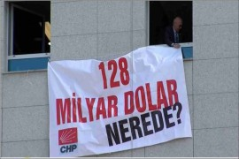 """AYVALIK CHP'DEN """"128 MİLYAR DOLAR NEREDE?"""" YAZILI AFİŞİN İNDİRİLMESİNE SERT TEPKİ"""